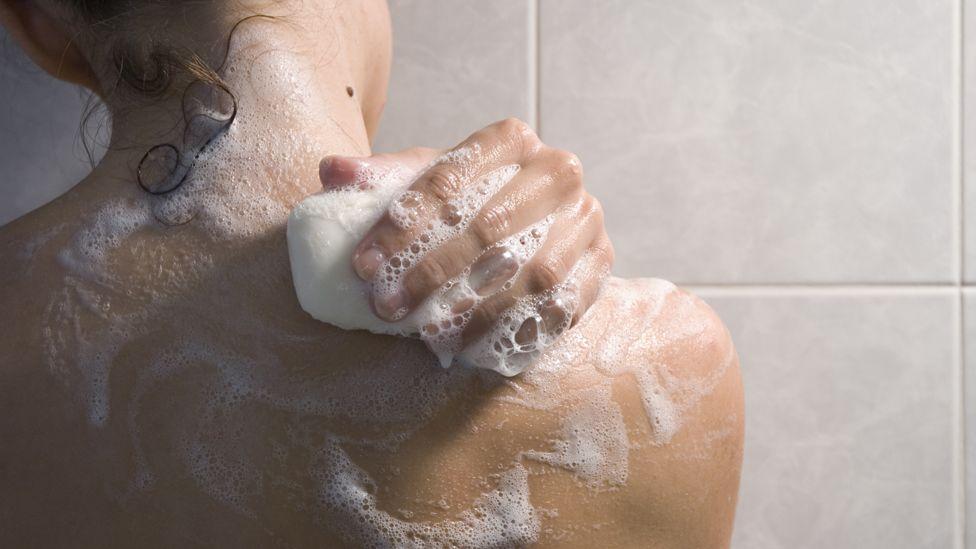 Por qué no debes usar jabones perfumados y otros consejos prácticos para la higiene íntima femenina
