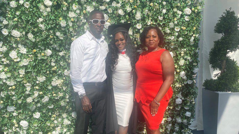 Damion Thompson con su hija Rebecca y su esposa Linda Rose