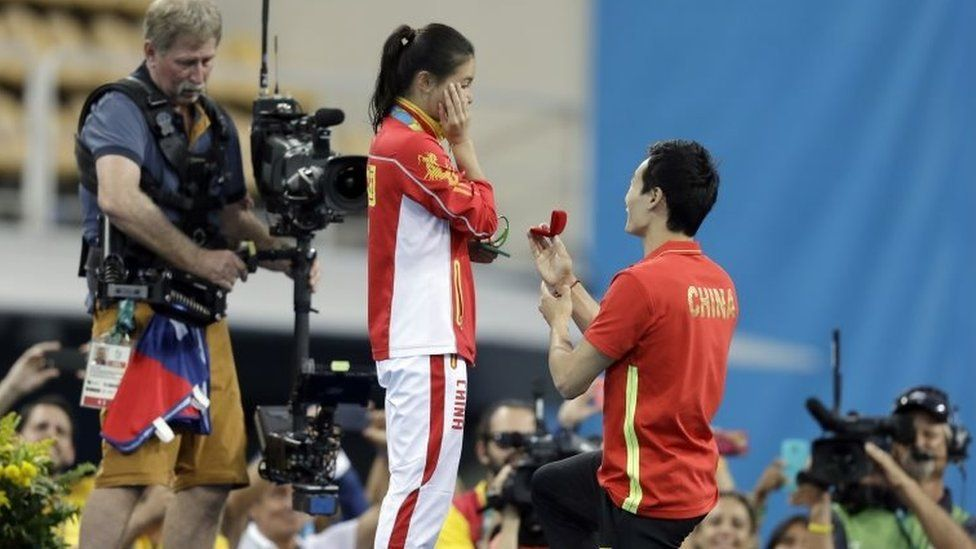 Qin Kai gets down on one knee