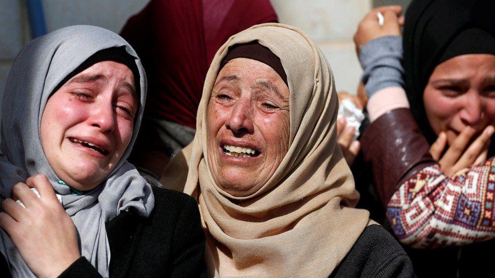 Relatives of Hamdi Taleb Naasan mourn during his funeral in al-Mughayyir (27 January 2019)