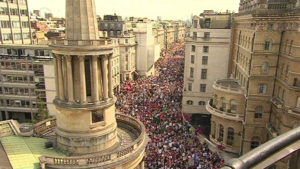BBC binası önündeki protestocular