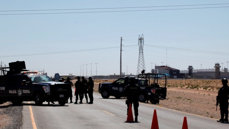 """Federal police officers stand guard near a prison in Ciudad Juarez where Mexican drug boss Joaquin """"Chapo"""" Guzman has been moved from his jail in central Mexico May 7, 2016. REUTERS"""