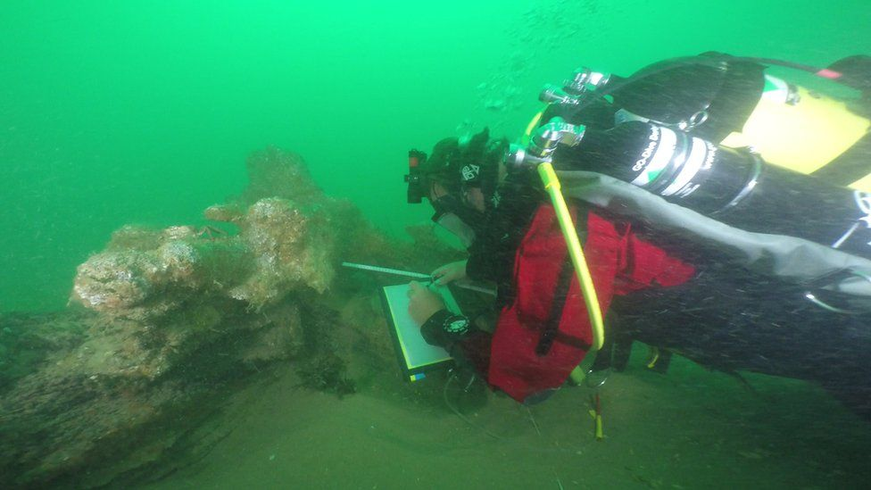 A diver making drawings of the wreck of the Rooswijk in 2016