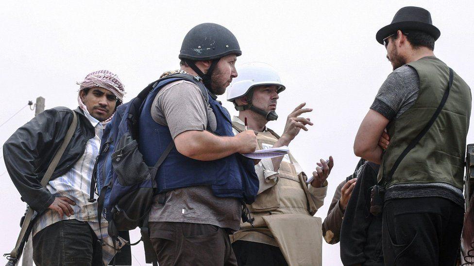 American journalist Steven Sotloff (Center with black helmet) talks to Libyan rebels on the Al Dafniya front line,