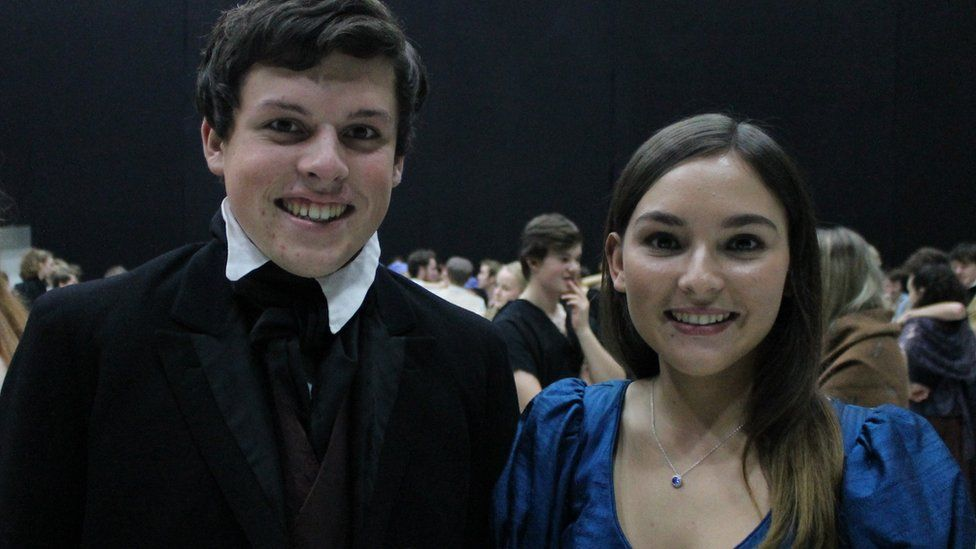 Dafydd (Marius) a Sioned (Cosette)
