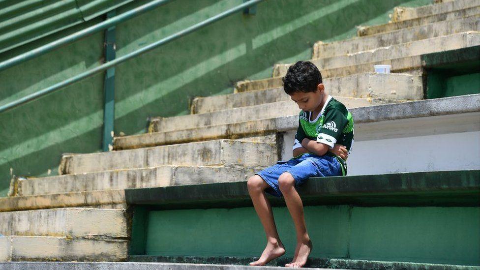 O impacto da tragédia da Chapecoense na cidade de um time só