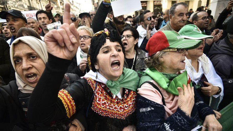 """Des manifestants algériens réclament un """"changement de régime"""""""