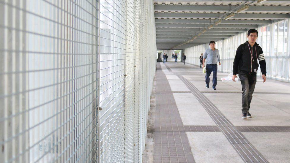 香港金钟中信大厦人行桥上的铁丝网(3/1/2020)