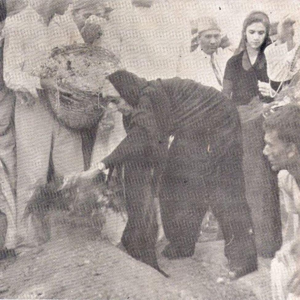 فاطمہ جناح اپنے بھائی کے مزار پر پھول چڑھاتے ہوئے