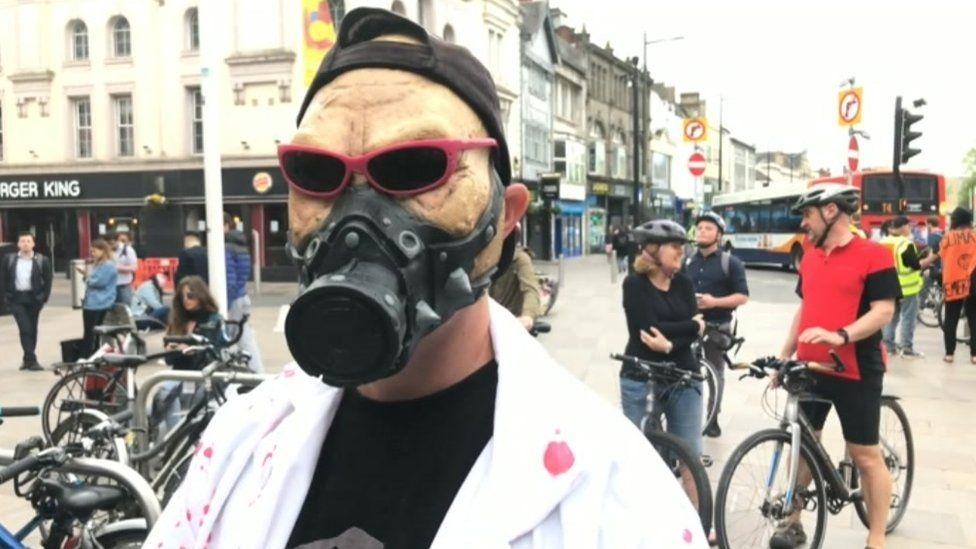 A man in a pretend gas mask and sun glasses
