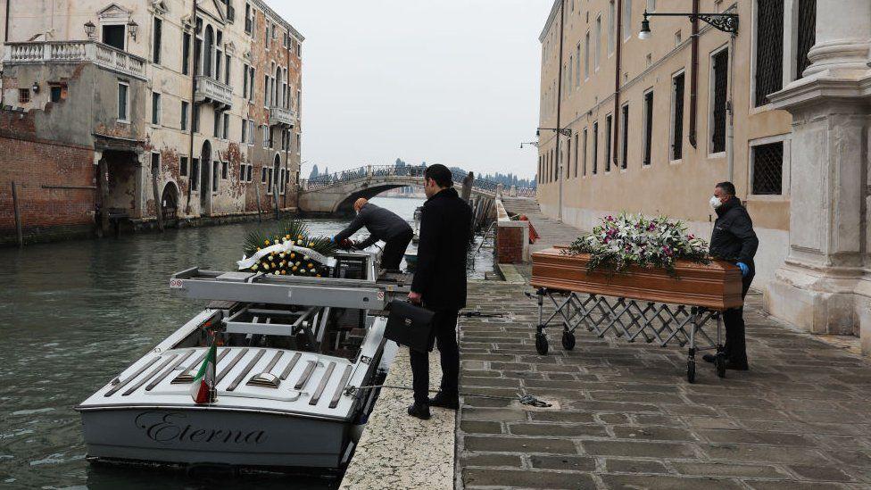 Без отпевания и в больничной робе. Италия с трудом успевает хоронить жертв коронавируса
