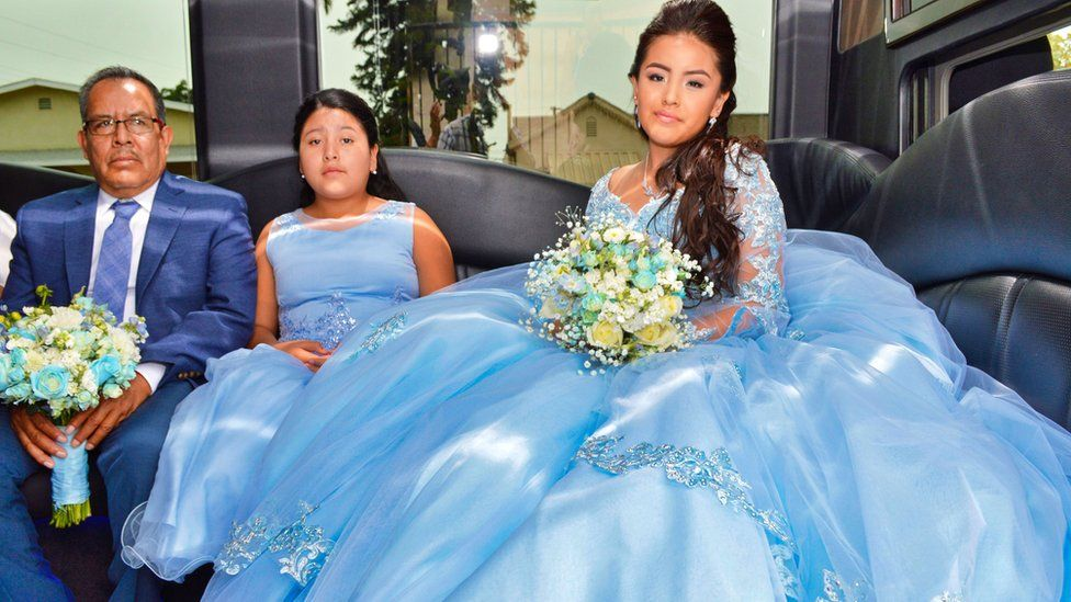 18446fc08f Mónica dentro de la limosina celebrando su Quinceañera junto a sus  familiares.