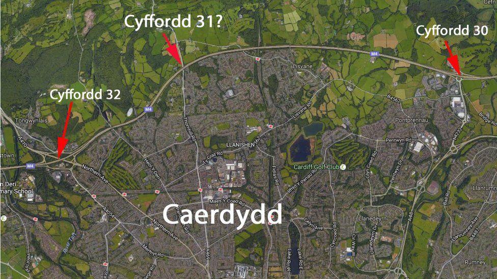 Cyffordd 32 (Coryton) ar y chwith yn arwain at gyffordd 30 (Porth Caerdydd) ar y dde
