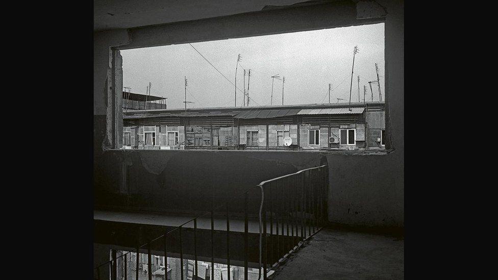 Imagen de la central en blanco y negro