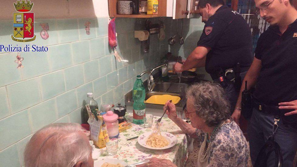 La conmovedora historia de dos ancianos italianos a los que agentes de policía les cocinaron un plato de pasta