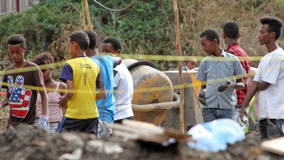 Young ethiopians get involved in the building project