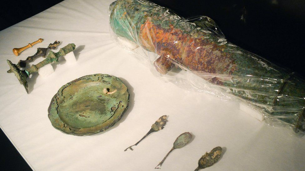 Cutlery and a plate discovered in the shipwreck of the Nuestra Senora de las Mercedes.