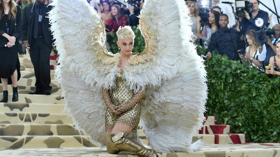 """Кэти Перри пришла в огромных ангельских крыльях в созвучии с """"райской"""" темой этого года. Met Gala, 7 мая 2018 года, Нью-Йорк"""