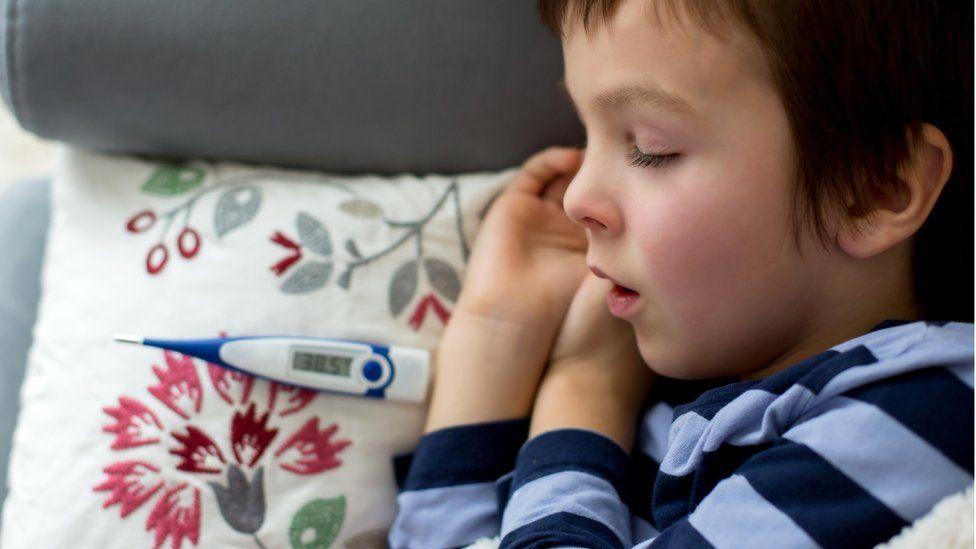Niño pequeño durmiendo después de tomarse la temperatura