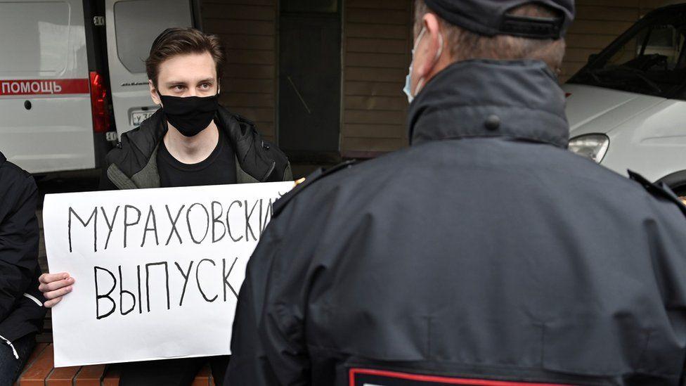 """Мужчина у больницы в Омске, где лежал Навальный, с плакатом """"Мураховский, выпускай"""""""