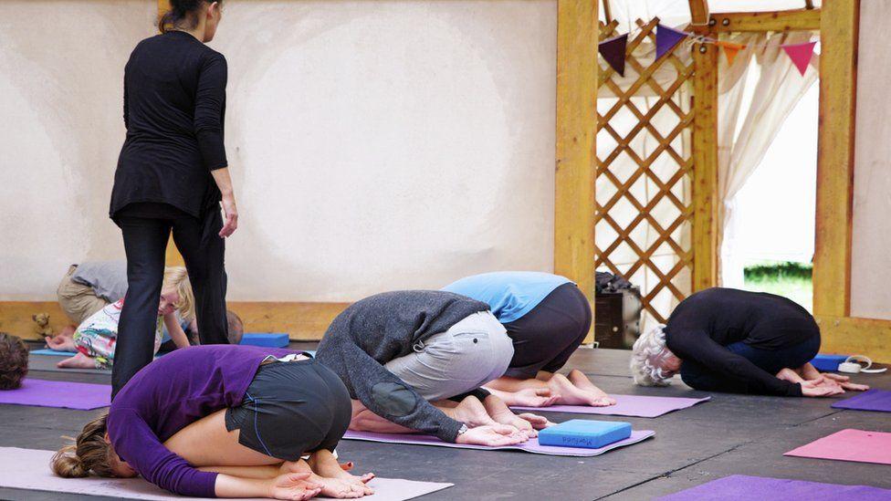 Yoga boreol yn y Ty Gwerin