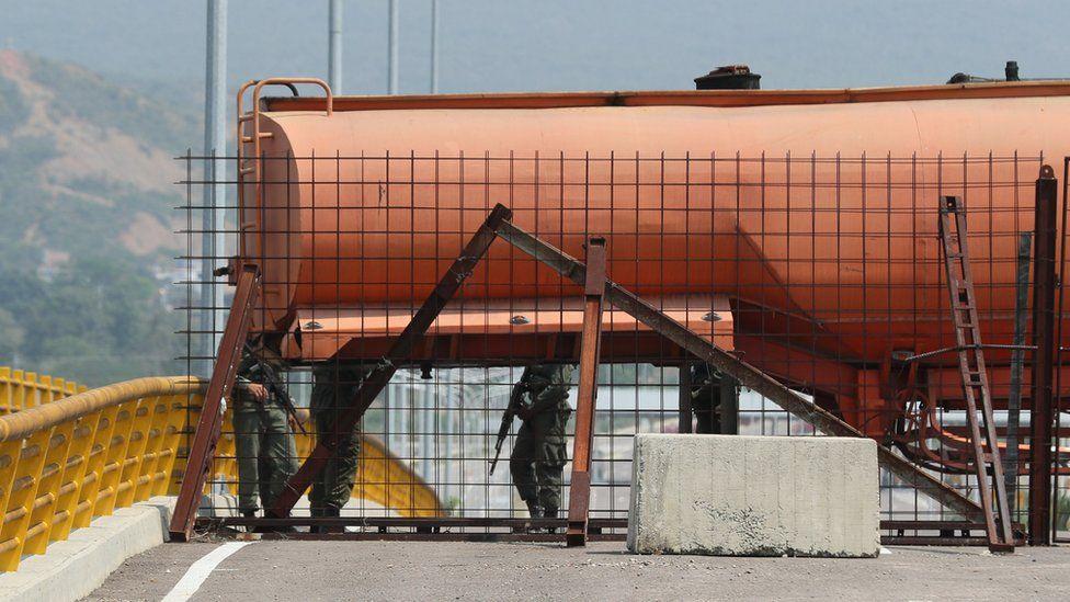 Un camión cisterna bloquea tres de los 9 canales del puente.