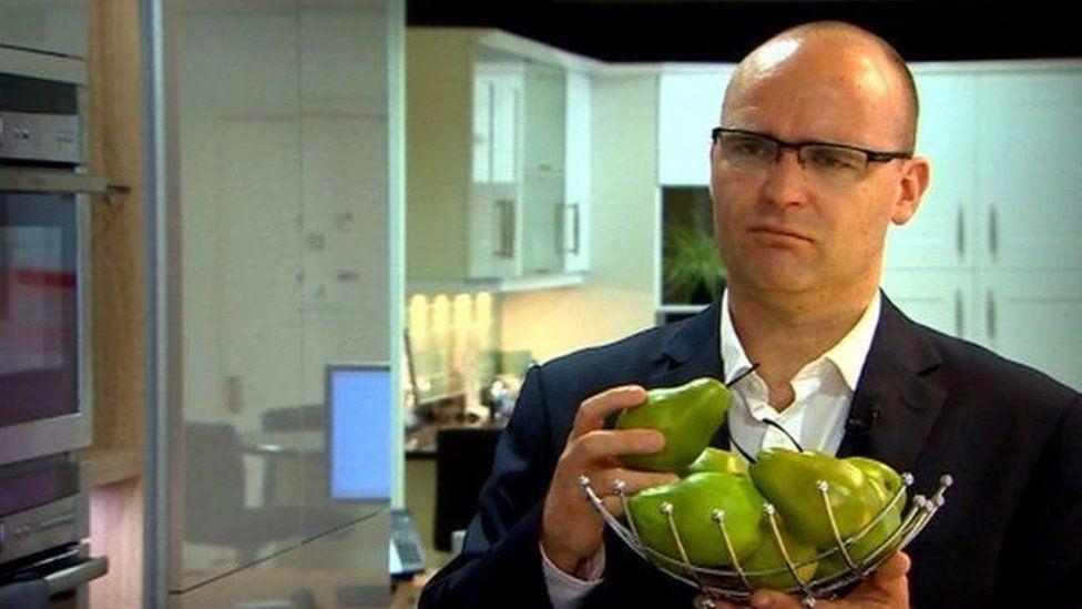 Diwrnod ffrwythlon Carl ta ydy pethau wedi mynd 'chydig yn 'pear-shaped'?