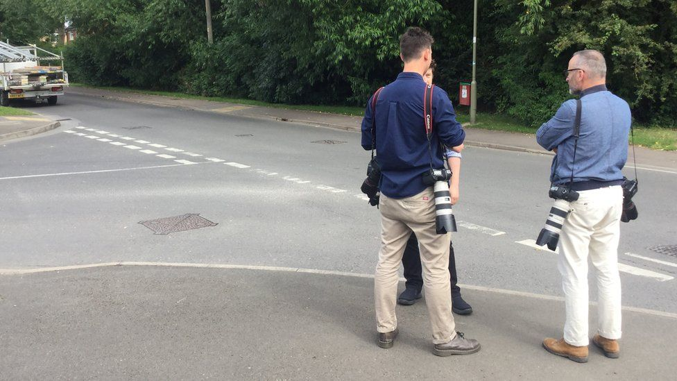 Photographers lie in wait for tourists in Kidlington