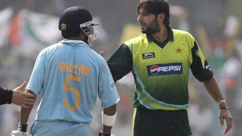 Indian cricketer Gautam Gambhir (C) and Pakistan's Shahid Afridi (R) exchange words during their third One-day International (ODI) match at the Green Park Stadium in Kanpur, 11 November 2007.