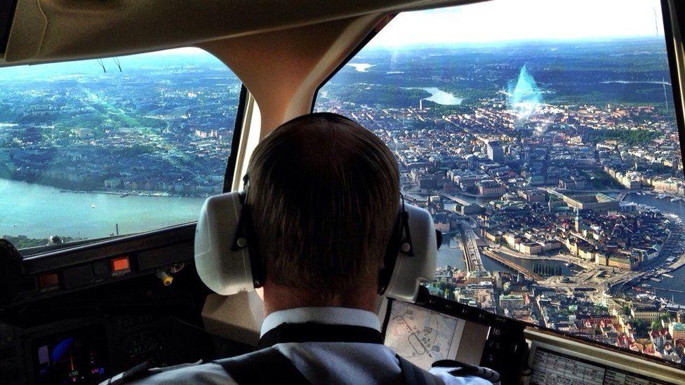 ¿Qué procedimientos debe seguir un piloto ante una emergencia en pleno vuelo?