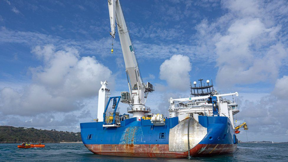 Ship laying electricity cable