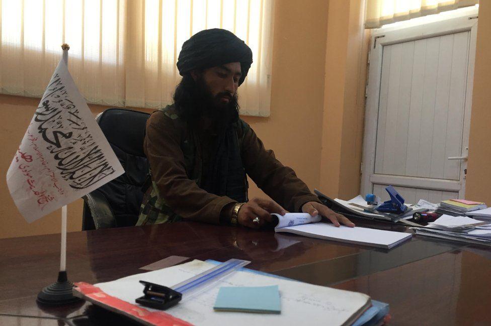 Alcalde talibán en su escritorio en Balkh