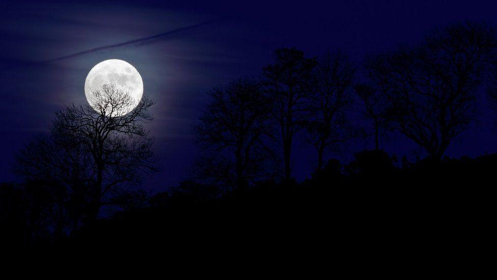 Rare 'blue moon' to enchant Halloween stargazers - BBC News