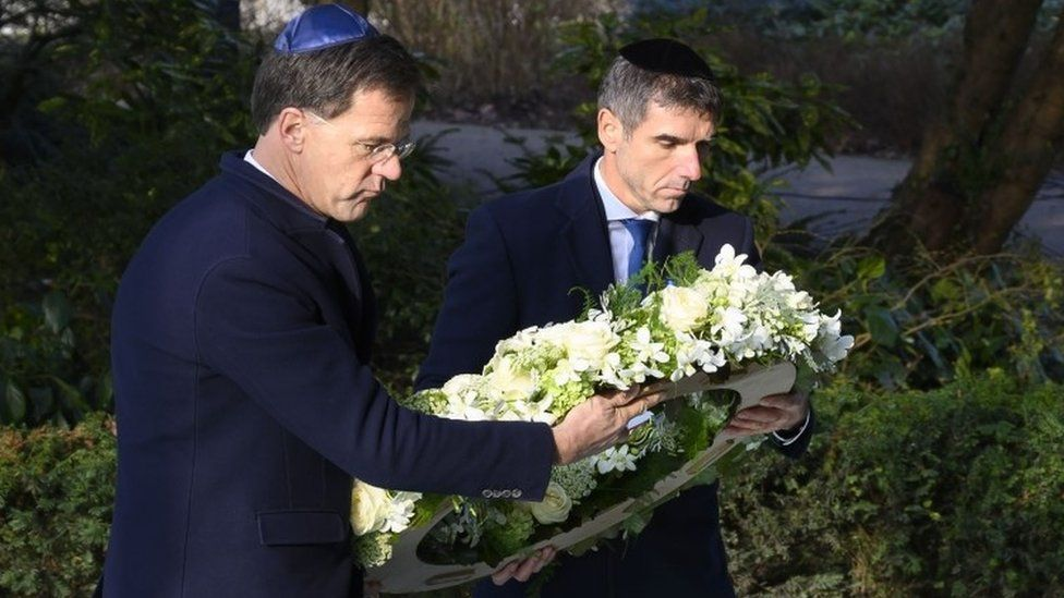 Mark Rutte lays a wreath at the Holocaust remembrance event in Amsterdam