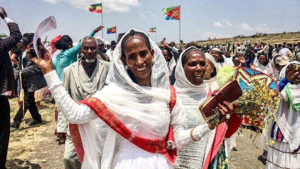 Women waving and smiling after the Ethiopia-Eritrea peace deal