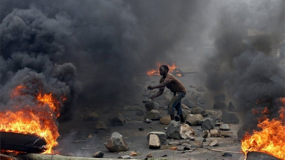 A protester sets up a barricade during a protest against Burundi President Pierre Nkurunziza and his bid for a third term in Bujumbura, Burundi, in this May 22, 2015 file photo.