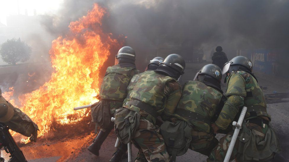 Military police in Sacaba attempt to destroy a barricade