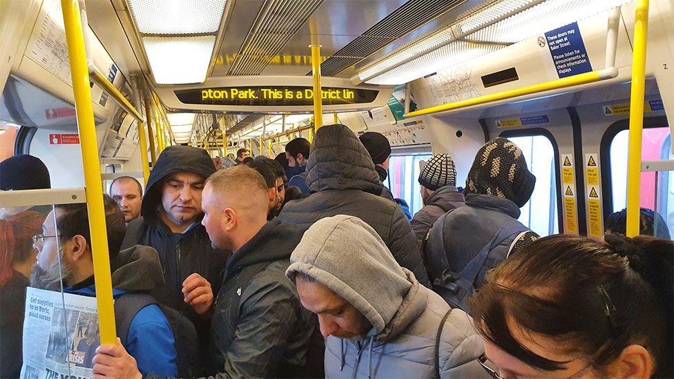 """Ama District hattındaki bu tren gibi bazı seferler çok kalabalıktı, Başbakan Johnson'ın """"zorunda değilseniz işe gitmeyin"""" çağrısına rağmen."""