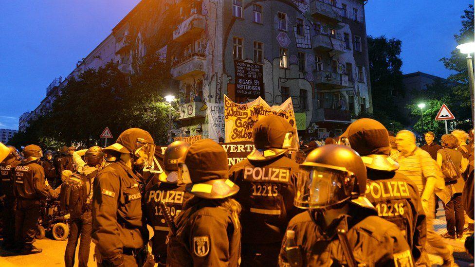 Police in front of leftist squat in Rigaer Strasse, Berlin (9 July)