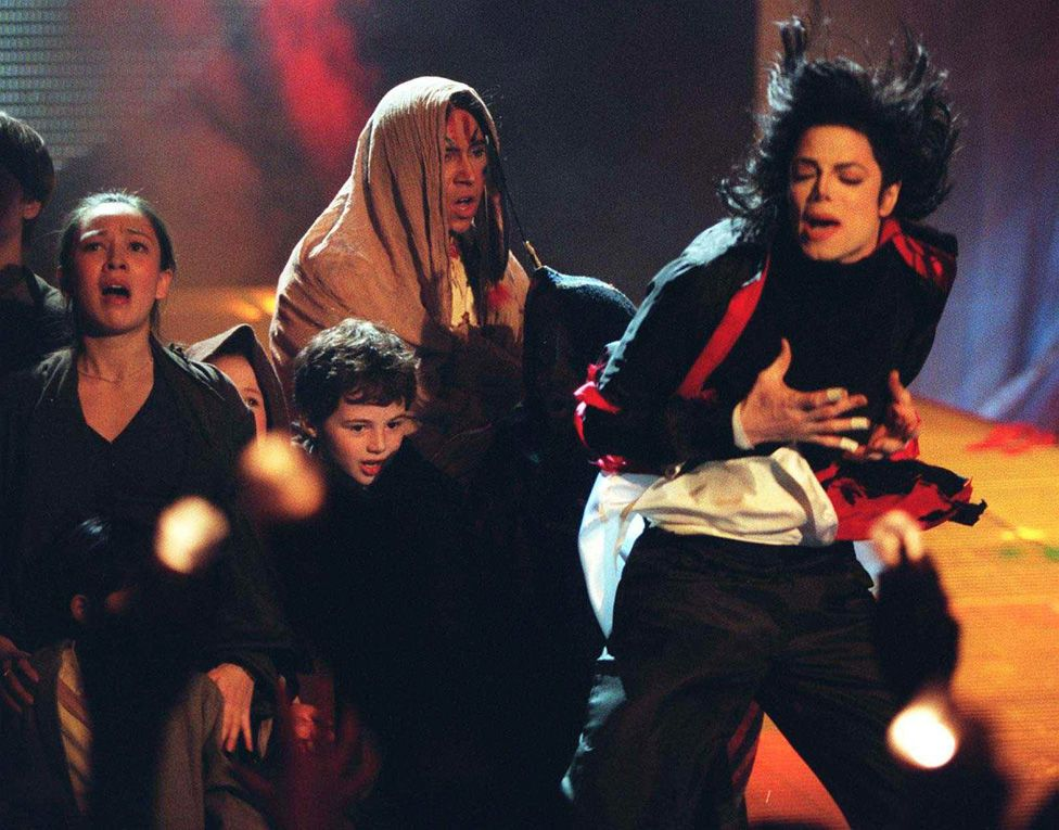 Michael Jackson performing Earth in 1996