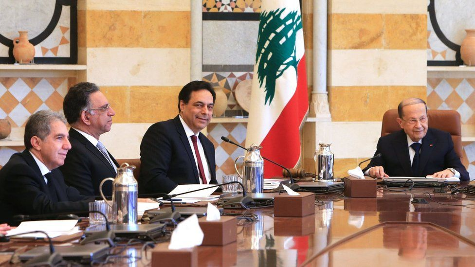 Lebanese President Michel Aoun (R) and Prime Minister Hassan Diab (C) preside over a meeting of the new cabinet at the Baabda presidential palace (22 January 2020)