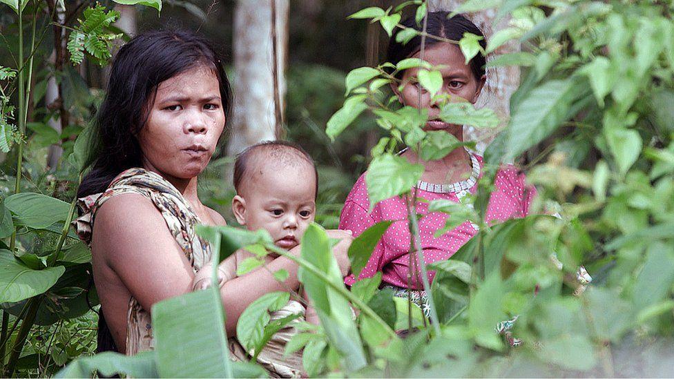 Orang Rimba women and a child