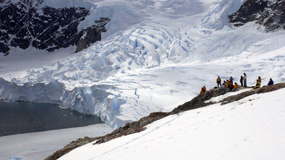 Ледник в Грэм-Лэнд сползает в море с ускорением
