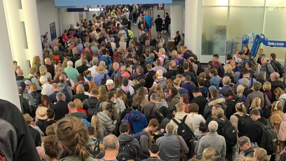 Queues of passengers at Chicago O'Hare airport (14 March)