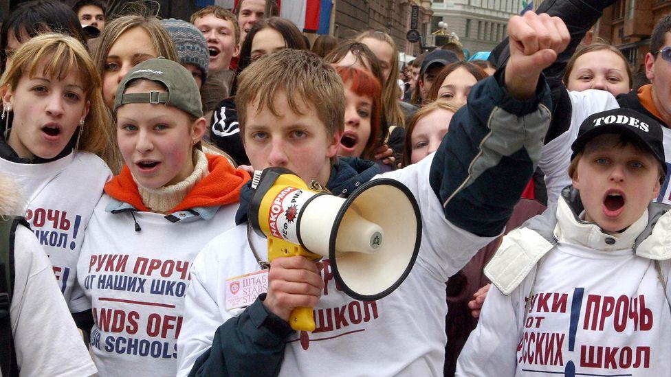 Russian children protest in Riga, 15 Apr 04