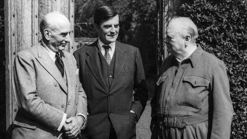Joseph E. Davies mewn llun du a gwyn gyda Winston Churchill