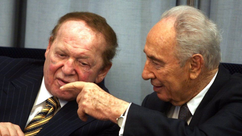 Philanthropist Sheldon Adelson (L) speaks to Israeli President Shimon Peres during a ceremony in The President house on August 12, 2007 in Jerusalem, Israel