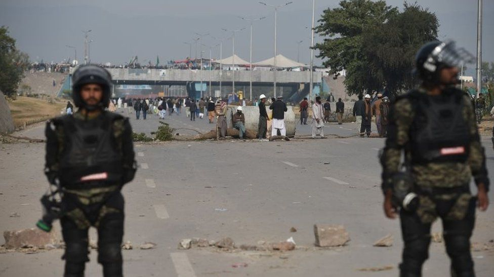 Pakistani rangers stand guard as protesters block a road in Islamabad on November 27, 2017.