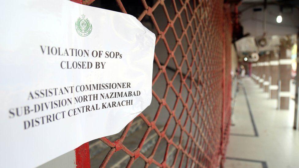Вид на закрытый рынок, который нарушил СОПы COVID-19 во время интеллектуальной блокировки, после того, как новые случаи COVID-19 были зарегистрированы по всей стране в Карачи, Пакистан, 28 апреля 2021 года.