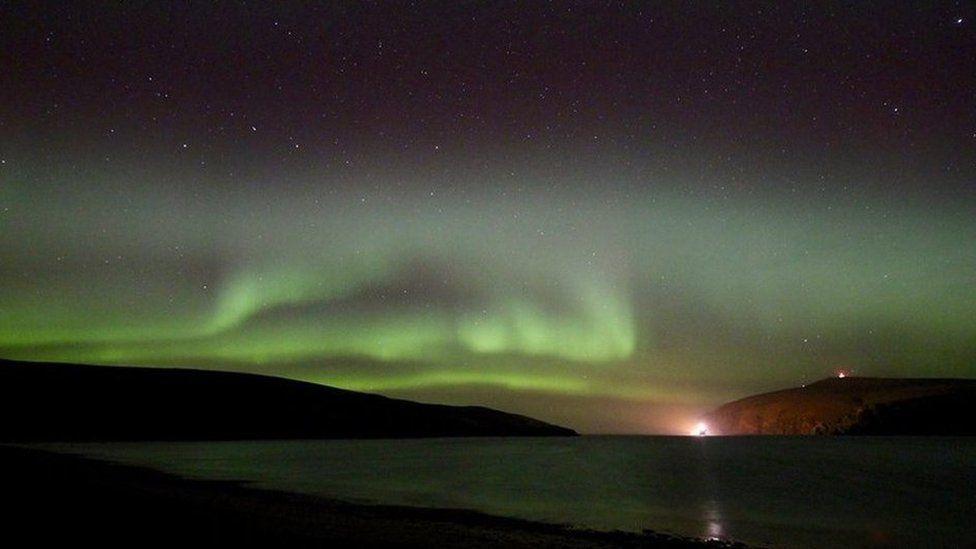Northern Lights in stunning overhead display in Shetland - BBC News